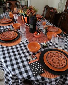 Halloween Table Decoration Ideas That Are Shockingly Fun - Gravetics For more impressive Halloween Table Decoration Ideas and tips, look through the gallery. Halloween Table Settings, Halloween Table Decorations, Halloween Home Decor, Halloween Food For Party, Halloween Trick Or Treat, Halloween Boo, Halloween House, Halloween Signs, Haunted Halloween