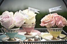 Theekopjes met rozen en plaatsnaamkaartjes