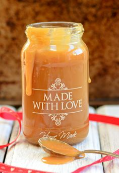 A deliciously rich and creamy Caramel Sauce made in minutes. Dessert Sauces, Dessert Recipes, Cookie Recipes, Breakfast Recipes, Nutella, Pesto, Dips, Salsa Dulce, Cocina Diy