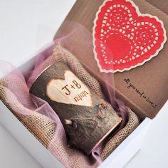 San Valentino di giorno candela / intagliato iniziali candela / personalizzati con iniziali / fidanzata regalo / regalo di fidanzamento / portacandele in legno di JBcreationsNJLLC su Etsy https://www.etsy.com/it/listing/261793761/san-valentino-di-giorno-candela