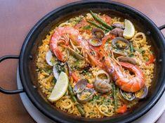魚介のパエリャ(パエリア) - 高森 敏明シェフのレシピ。魚介をたっぷり使ったパエリャです。 日本のお米は粘りが出やすいので、鍋に入れる前にオリーブオイルでコーティングするのがポイント。 仕上げにしっかりと水分をとばして、ご馳走である「おこげ」を作りましょう。 食べるときはスプーンなどでおこげを最後までこそぎとってお楽みください。