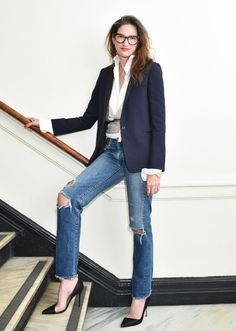 Jenna Lyons in high pumps, distressed boyfriend jeans, tux blazer and classic white button down shirt Ripped Jeggings, Ripped Skinny Jeans, Black Skinnies, Outfit Jeans, Jeans Blazer, Denim Jeans, Barbara Martelo, Jenna Lyons, Vogue