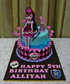 Jenn Cupcakes & Muffins: Monster High CakeYou can find Monster high cakes and more on our website. Monster High Torte, Tortas Monster High, Monster High Birthday Cake, Festa Monster High, Birthday Cake Girls, Birthday Cakes, Birthday Ideas, Trajes Monster High, Fete Anne