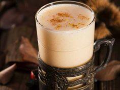 Esta bebida típica del Caribe es muy fácil de preparar e ideal para los días fríos. Pon a hervir medio litro de leche y mientras mezcla dos yemas de huevo con cuatro cucharadas de miel y un vaso de ron. Vierte sobre la leche caliente y mezcla bien. Consume caliente y verás qué bien sienta. Si lo prefieres, puedes evitar el alcohol y hacer una bebida más light o incluso apta para los niños.Tés, chocolates, cafés... hazle frente a las bajas temperaturas (© GTres)