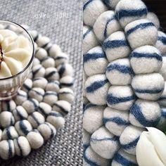 Di colori per le nostre palline di feltro ce nè per tutti i gusti! In coordinato coi nostri tappeti di palline potete ordinare dei bellissimi sottobicchieri fatti a mano. Vi arriveranno direttamente dal Nepal😍💞🔝 Scoprite la nostra collezione completa qui: http://www.sukhi.it/nepal.html
