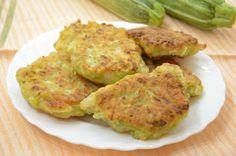 Le Focaccine di zucchine e prosciutto cotto in padella sono un appetitoso finger food velocissimo da preparare perché è senza lievitazione!