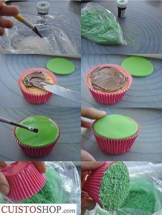 Pour la base nous avons simplement utilisécette préparation Verser le noix de coco râpée dans un sac de congélation Ajouter du colorant vert, fermer de sac et secouer. On obtient de la noix de coco de couleur verte pour «l'herbe» Malaxer et étaler la pâte à sucre (sur du sucre glace ou sur un tapis)