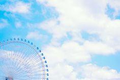 よく晴れた青空と少し見切れた観覧車