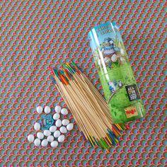 En découvrant l'un des derniers jeux de société Haba «Kikou le Coucou», j'ai immédiatement pensé au jeu du Mikado avec ses baguettes en bois. Contrairement au jeu du Mikado, dans «Kikou le Coucou», vous devez aider Kikou le Coucou à couver ses oeufs sans les faire tomber, le tout en lui construisant un nid douillet. Ce jeu a été primé …