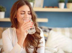 Morgens auf nüchternen Magen Wasser zu trinken, ist gesund.