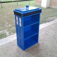 Tardis bookshelf ~ This is amazing! Love Doctor Who!