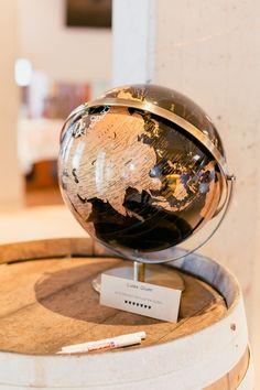 Ein Globus ist eine super schöne und kreative Idee um deine Hochzeitsgäste zu verewigen! #JuliaWalterFotografie #Globus #Gästebuch #Hochzeit #Wedding #Hochzeitsdekoration