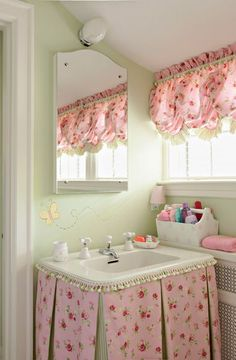 adorable little powder room..