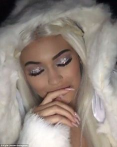 One sexy snow queen! Kylie Jenner rocks blue eyes and white blonde hair as she turns into an 'Eskimo' for Halloween bash Engel Make-up, White Blonde Hair, Queen Makeup, Kylie Jenner Style, Halloween Disfraces, No Foundation Makeup, Celebrity Makeup, Costume Makeup, Makati