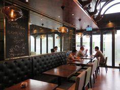 在海濱路上的MG Café,地理位置上比一般工廈食店優越,地鋪用上落地玻璃,感覺是工廈區中的亮點。   MG Café 的英倫感覺全來自店內的設計,拱形的天花掛上巨大的吊燈,沉色的木桌配上長型皮沙發,還有最標誌性的,架上一系列漂亮的英式茶杯,完全是慵懶的午後好去處。   MG Café的咖啡使用巴拿馬的咖啡豆,咖啡的味道有點回甘,感覺順口。特別的是蜜糖咖啡 ($40),要點上凍的蜜糖咖啡就可以看到咖啡層次分明,用上奧地利的野生蜂蜜沖調而成,味道有點酸,帶點花香味。   店家推薦有新出的芝士焗薯配燒春雞 ($108),只在午市時段中午12時至2時供應。也可以點一個聖丹尼爾火腿芝麻菜沙律薄餅 (88),輕食之選。  觀塘海濱道133號萬兆豐中心地舖 2345 1128 西式  /  麵包/西餅  /  薄餅  /  咖啡茶室 星期一至五: 08:30-19:00 星期六及日: 09:00-18:00