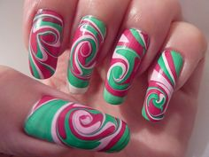 Uñas largas decoradas en agua color verde y rojo - Long nails in water