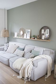 SCANDIMAGDECO Internet-Tagebuch: Inspiration deco interiors smoke gray or green water, white … Living Room Green, Home Living Room, Interior Design Living Room, Living Room Designs, Interior Decorating, Living Room Wall Colors, Gray Interior, Minimalist Home Decor, Living Room Inspiration