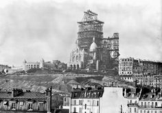 The bell-tower of the Sacre-Coeur Basilica under construction on the Montmartre Hill in Paris in the Keystone-France/Gamma-Keystone via Getty Images Montmartre Paris, Old Images, Old Pictures, Old Photos, Vintage Pictures, Belle Epoque, Famous Buildings, Famous Landmarks, Old Paris
