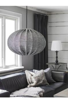 PR Home Taklampe HILMA Taklampe i linstoff. Rund, diameter 50 cm, høyde 36 cm. Inklusive hvit ledning 1,2 m. Komplett med kronkontakt. Takkopp i hvit plast. E27 Maks 60 w.<br><br>OBS! Noen tak/vinduslamper leveres med EU-støpsel som ikke kan benyttes i Norge. Dette må klippes av - for utbytting til støpsel av norsk standard (må utføres av autorisert elektriker). Alle våre lamper er CE-godkjente.