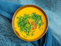 Deilig oppskrift på gulrotsuppe med chili, appelsin og ingefær. Sesongens ferske og smakfulle gulrøtter i suppe. Denne retten kan fint passe som forrett også. Alt du må gjøre er å halvere mengden per person. Sopa Detox, Sugar And Spice, Thai Red Curry, Chili, Spices, Vegan, Cooking, Ethnic Recipes, Soups