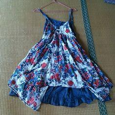 花柄エプロン風ワンピース レディースファッションのワンピース(ミニワンピース)の商品写真