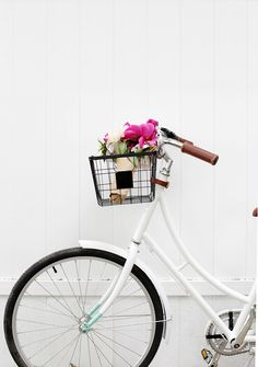 Four years ago I shared how to make your own floral bike baskets here on the blog… because we've been blogging for that long?! Woah. Since then I got a more modern bike and wanted to upgrade …