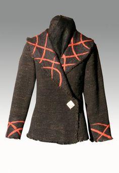VESTUARIO EN TELAR MAPUCHE ELIZABETH SCHMEISSER- Artelista.com Cold Weather Outfits, Hippie Chic, Refashion, Dressmaking, Wearable Art, Sewing Patterns, Weaving, Coat, My Style