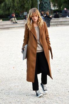 Кэмел-пальто, свитшот и конверсы.
