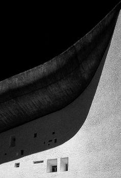 The chapel of Notre Dame du Haut in Ronchamp by Le Corbusier Architecture Bauhaus, Le Corbusier Architecture, Gothic Architecture, Architecture Details, Interior Architecture, Fashion Architecture, Chinese Architecture, Futuristic Architecture, Villa Savoye