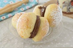 I Baci brioches alla nutella sono dei dolci lievitati semplici che assomigliano ai baci di dama e sono golosissimi con nutella Nutella, Cookie Desserts, Pretzel Bites, Hot Dog Buns, Picnic, Muffin, Food And Drink, Sweets, Bread
