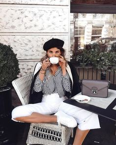 How to wear a white jeans | Baret | Striped blouse | Coffee time | Taupe bag | More on fashionchick.nl