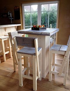 Standing table of scaffolding wood - Pallet Furniture Project Pallet Bar Stools, Diy Bar Stools, Outdoor Bar Stools, Diy Stool, Wooden Bar Stools, Bar Furniture, Pallet Furniture, Furniture Projects, Rustic Furniture