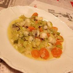 De la lotte des poireaux des carottes cela sera parfait pour un bon petit plat plein de saveur et en tout légèreté Pour 2 personnes : 250g de lotte 200g de poireaux 2 belles carottes 1 oignon Ail 1 cas de fumet de poisson 10 cl de vin blanc 10 cl d'eau...