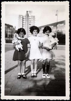 Merwedeplein - Anne Frank , Eva Goldberg and Sanne Ledermann. July 1936