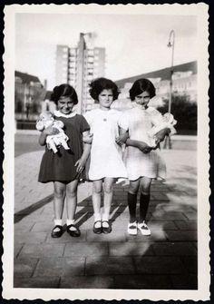 Merwedeplein - Anne Frank , Eva Goldberg and Sanne Ledermann. July 1936