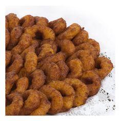 BUÑUELOS DE CALABAZA - Ingredientes: ½ kg calabaza hervida y  escurrida, 250 g harina, 100 g levadura, ralladura de limón. Mezclar los ingredientes. Dejar reposar ½ hora. Freír con el aceite bien caliente.  Presentar con azúcar por encima. Receta: Xaro Ortolà. FOTO: Manolo Fotògrafs Sausage, Meat, Food, Gastronomia, Donut Holes, Pancakes, Biscuits, Recipes, Squash Fritters