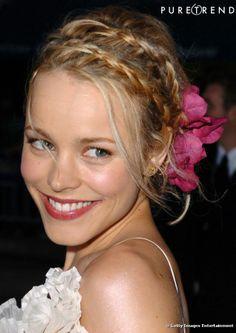 Ambiance romantique chignon mariage fleuri accessoirisé de deux tresses.