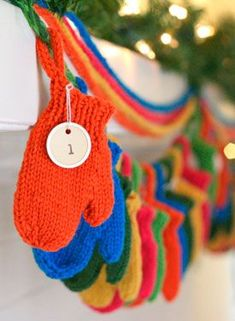 Smitten (a Holiday Garland) - Free Knitting Patterns by Emily Ivey. Such a cute idea for an advent calendar! Easy Knitting Patterns, Free Knitting, Knitting Projects, Crochet Patterns, Easy Patterns, Holiday Crafts, Holiday Fun, Festive, Advent Calenders