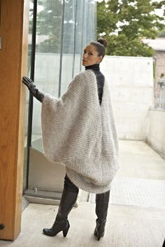 Ravelry: Mohair Poncho pattern by Linda Marveng Model: Cristiane Sa, hair & make up stylist: Line Sekkingstad, photographer: Kim Müller Love Knitting, Poncho Knitting Patterns, Christmas Knitting Patterns, Arm Knitting, Knitted Poncho, Crochet Patterns, Crochet Edgings, Scarf Patterns, Outlander Knitting