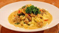 Eplemost, fløte og karripulver lager den gode sausen og biter av eple får med litt sprøtt i måltidet. Currygryten kan du servere med ris, quinoa eller poteter ved siden av.