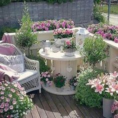 Turn an Old Spool into a Garden Patio.these are the BEST Garden & DIY Yard Ideas! Over 20 of the BEST Garden Ideas & DIY Yard Projects - everything from yard art, planters, garden stones, green houses, & more! Amazing Gardens, Beautiful Gardens, Beautiful Flowers, Wood Spool Tables, Spools For Tables, Design Jardin, Balcony Garden, Balcony Ideas, Balcony Plants