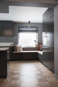 How to revamp the kitchen chairs? Studio Kitchen, Home Decor Kitchen, Kitchen Furniture, Kitchen Decorations, Rustic Kitchen, Kitchen Ideas, Window Seat Kitchen, Contemporary Kitchen Design, Küchen Design
