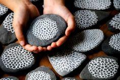 Piedras pintadas con flores marinas o mandalas