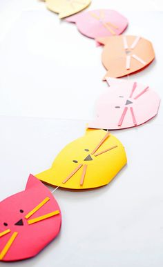 Bright cat garland * a subtle revelry Kitty Party, Diy Party Dekoration, Gato Origami, Diy For Kids, Crafts For Kids, Diy Girlande, Cat Birthday, Cat Crafts, Animal Party