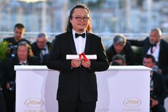 Chinese director Qiu Yang, winner of the Palme d'Or - Short Film for 'Xiao Cheng Er Yue' (A Gentle Night) (R) poses during a photocall on May 28, 2017 at the 70th edition of the Cannes Film Festival in Cannes, southern France.  / AFP PHOTO / LOIC VENANCE
