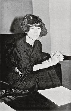言わずと知れたComme des Garçonsのブレーンである川久保玲。もっとも重要にして、もっとも強い影響力を持つ現存のファッション・デザイナーのひとりだ。そのキャリアは、強い独立心に後を押されて築かれてきた。特に、時代遅れな美の理想や企業社会からの独立性が、彼女の背中を押し続けてきた。徹底してプライバシーを守る川久保は、インタビューをめったに受けない。世界が待ちわびた「川久保玲/コム デ ギャルソン/間の技」展が、メトロポリタン美術館で開催されることを記念し、i-Dは、川久保がこれまでの25年間でi-Dに語ってくれた力強い言葉を振り返り、ここに紹介する。ファッション史におけるもっとも偉大なる才能、川久保玲に、改めて敬意を表したい。