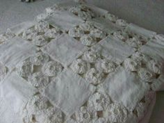 Vintage YoYo Quilt in White.unique take on a yo-yo quilt. Antique Quilts, Vintage Quilts, Crazy Quilting, Quilting Projects, Sewing Projects, Fabric Crafts, Sewing Crafts, Shabby Chic Quilts, Yo Yo Quilt