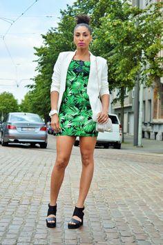 Look com vestido print folhas e blazer branco