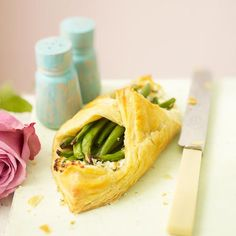 A great vegetarian recipe for a picnic or Summer party. Indulge your friends with this sumptuous green bean and goat's cheese puff. Vegetarian Christmas Recipes, Best Vegetarian Recipes, Veggie Recipes, Paleo Recipes, Snack Recipes, Dinner Recipes, Cooking Recipes, Veggie Food, Easy Snacks