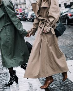 When it is not cold enough to wear thick trench coat outfit Trench Coat Outfit, Trench Coat Style, Rainy Day Fashion, Best Winter Coats, Looks Street Style, Inspiration Mode, Moda Online, Fashion Outfits, Womens Fashion